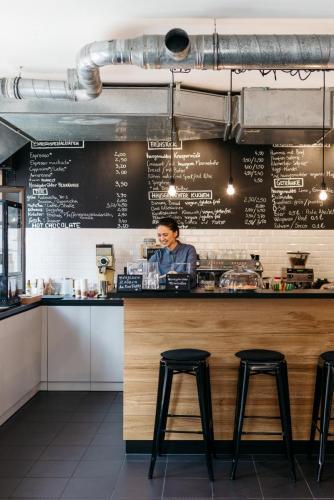 Bar-und-Besitzerin-Cafe-DA